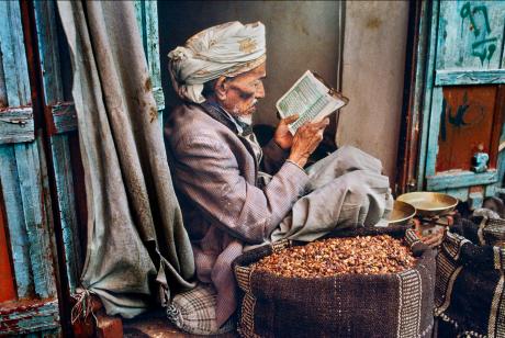 Steve McCurry. Reading. Sana'a, Yemen.